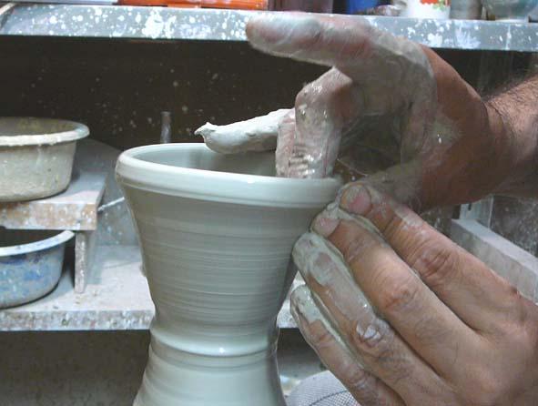 陶芸体験ロクロ水びきの様子