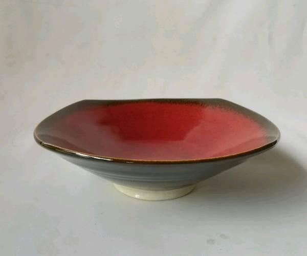 中が赤くて、外が黒い8寸鉢