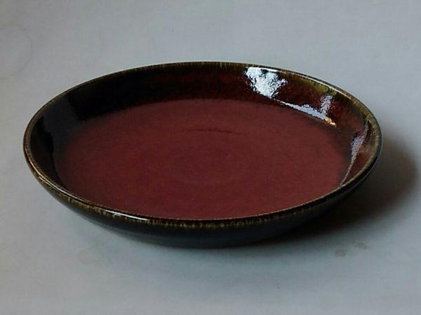 辰砂釉と天目釉をかけた20cmほどの皿