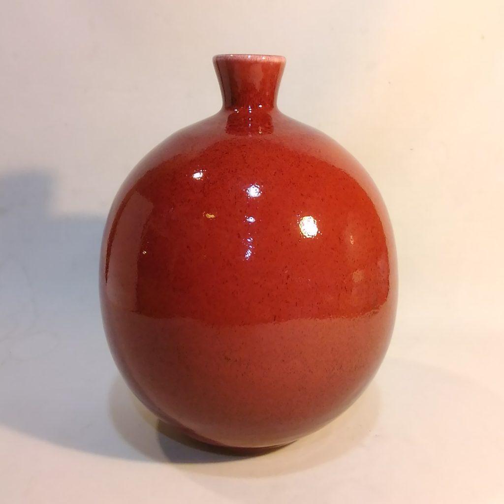 辰砂釉という赤い釉薬をかけた壷です。