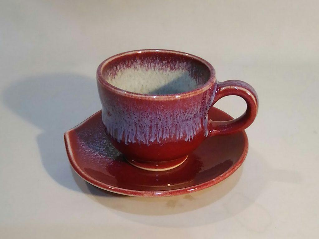 辰砂釉デミタスカップとソーサーです。