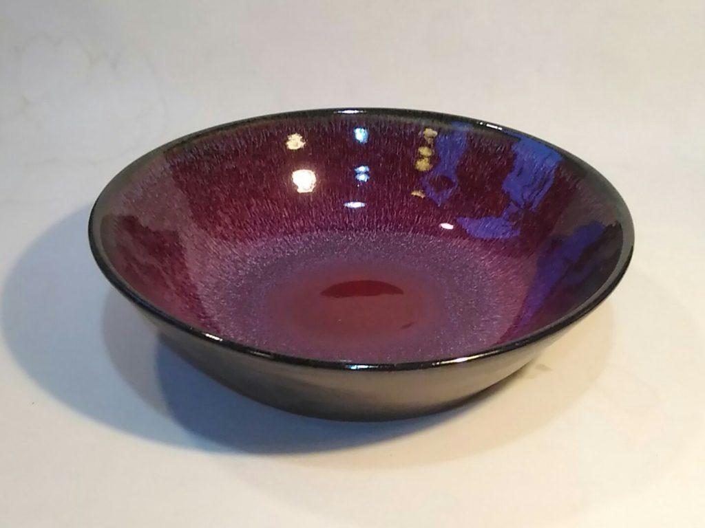 辰砂釉と黒マット釉をかけた鉢です。
