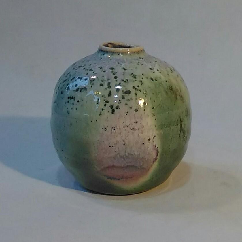 銅緑釉窯変花入れです。