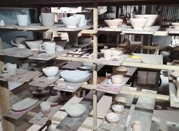 陶芸体験作品に釉薬をかけています。