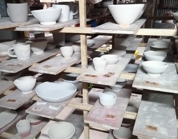 陶芸体験作品に釉薬を掛けた画像です。