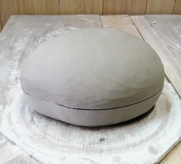 陶筥を作っています。