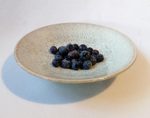 ブルーベリーの実を入れた白釉の鉢です。